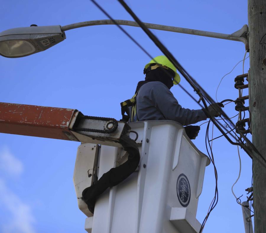 Un empleado de la AEE haciendo una reparación en un poste. (GFR Media) (semisquare-x3)