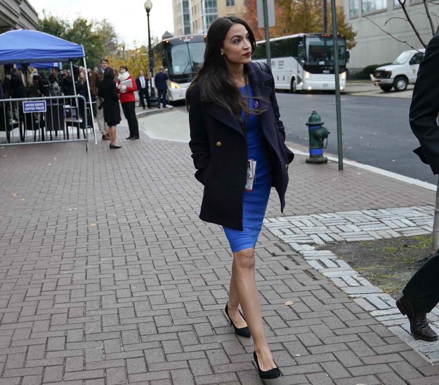 Alexandria Ocasio-Cortez sale de una orientación para los nuevos miembros del Congreso. (AP) (semisquare-x3)