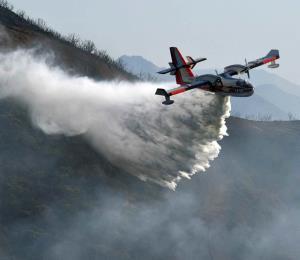 Incendio amenaza comunidades costeras en California