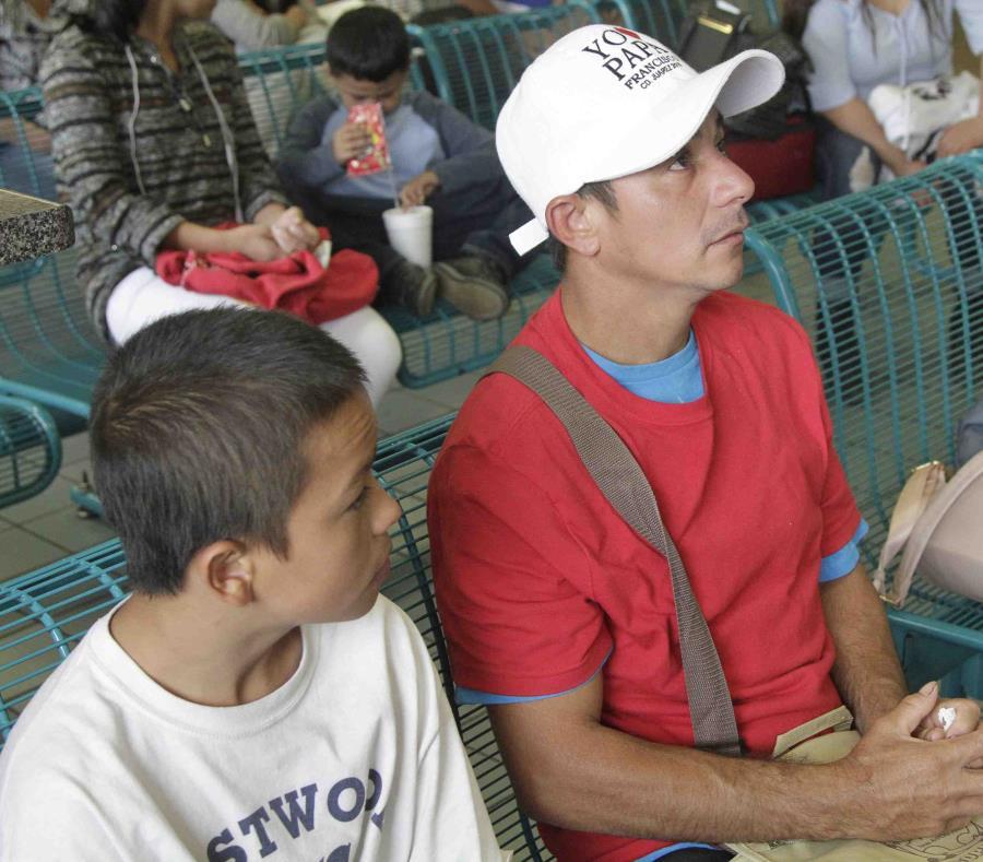 Salvadoreños que solicitan asilo esperan un autobús en El Paso, Texas. (AP/Cedar Attanasio) (semisquare-x3)