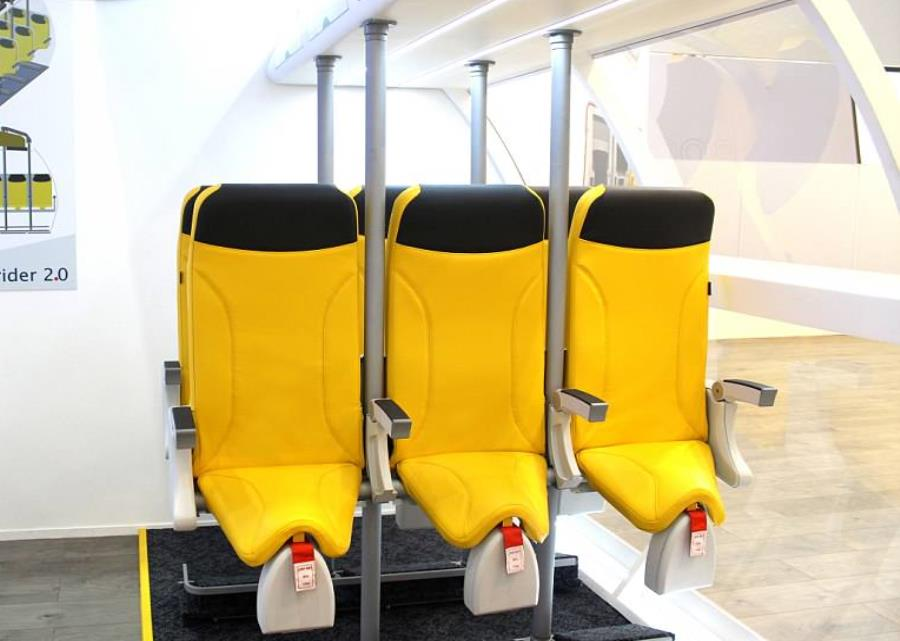 El asiento Skyrider obliga a viajar casi de pie: en un asiento similar al de una bicicleta, apoyado en una barra vertical con un respaldo que no se reclina.  (GDA) (semisquare-x3)