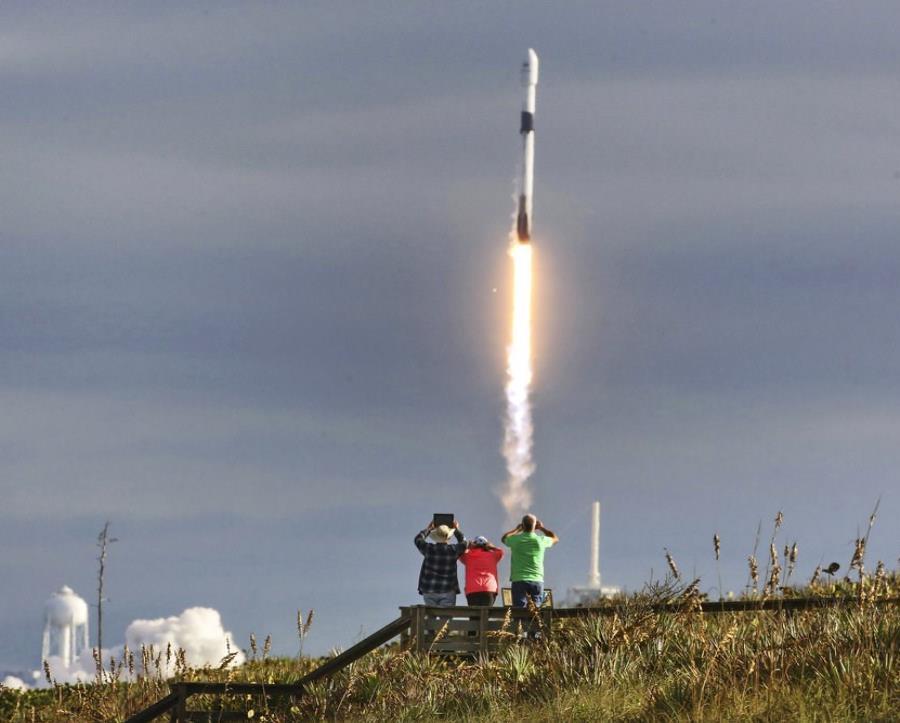El despegue de la nave espacial Falcon 9 mientras transporta una carga útil de 64 satélites. (semisquare-x3)