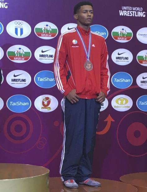 Jadiel Orlando Silverio posa con la medalla de bronce que ganó en la división de 60 kilogramos en la modalidad grecorromana del Campeonato Panamericano de Cadetes de Lucha que se celebró en Guatemala. (Suministrada) (vertical-x1)