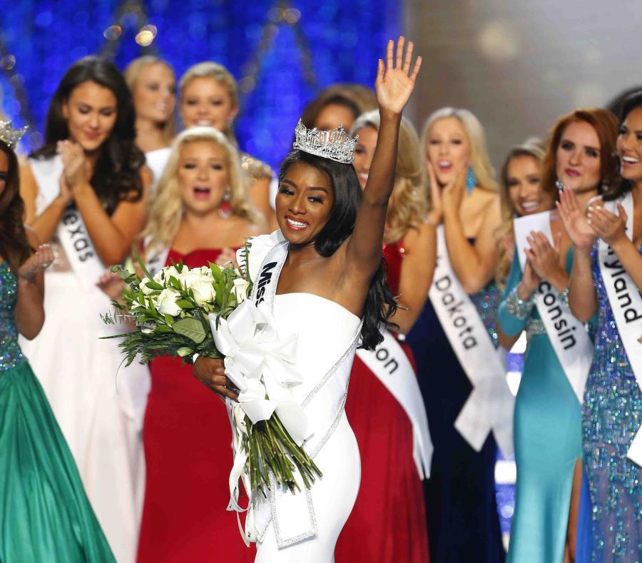 Miss Nueva York, Nia Franklin, saluda después de ganar el concurso Miss América 2019, en Atlantic City, Nueva Jersey. (AP) (semisquare-x3)