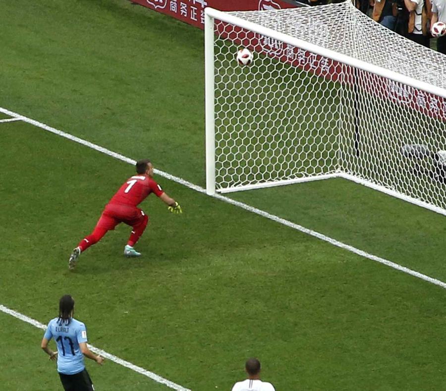 El arquero Fernando Muslera, de Uruguay, se equivoca y permite un gol de Antoine Griezmann, de Francia, en los cuartos de final de la Copa del Mundo. (AP) (semisquare-x3)