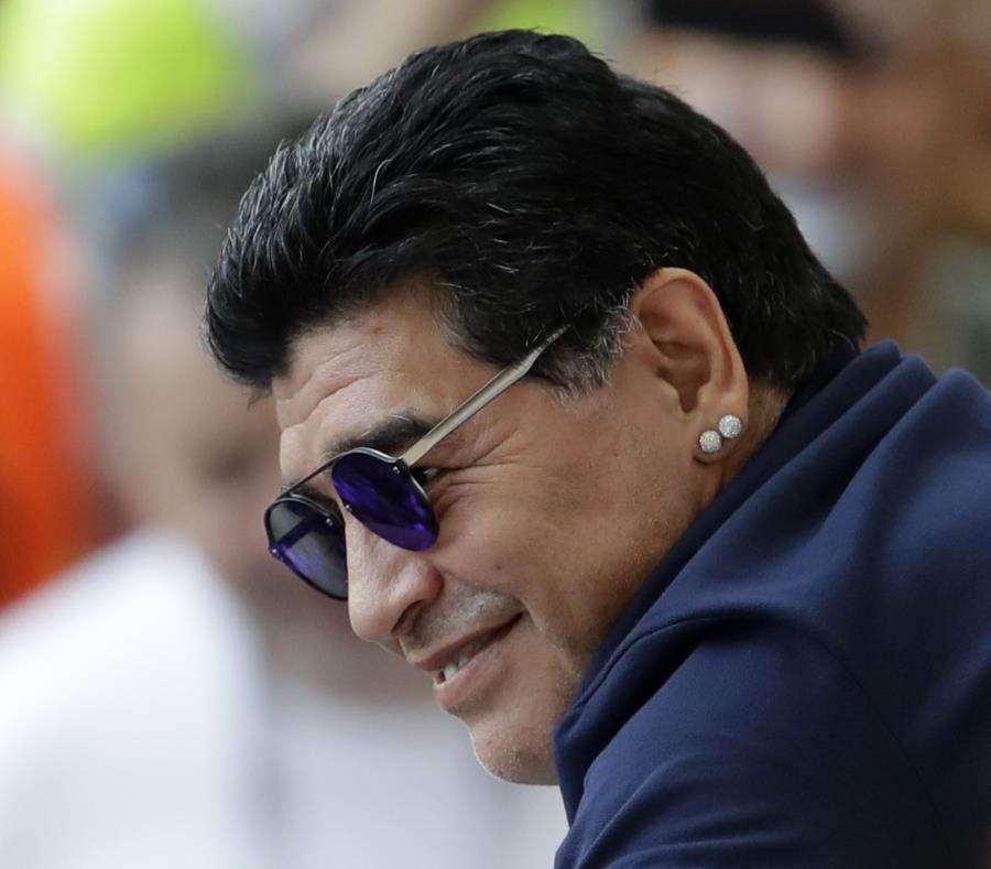 Diego Maradona sonríe en las gradas del partido de octavos entre Argentina y Francia. (AP) (semisquare-x3)