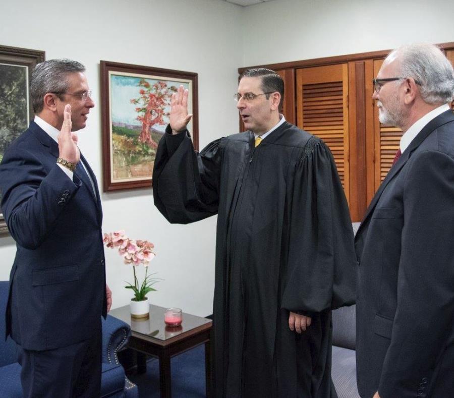 Alejandro García Padilla fue juramentado por el juez Gustavo Gelpí, en el medio. A la derecha, el juez Pedro Delgado. (Suministrada) (semisquare-x3)