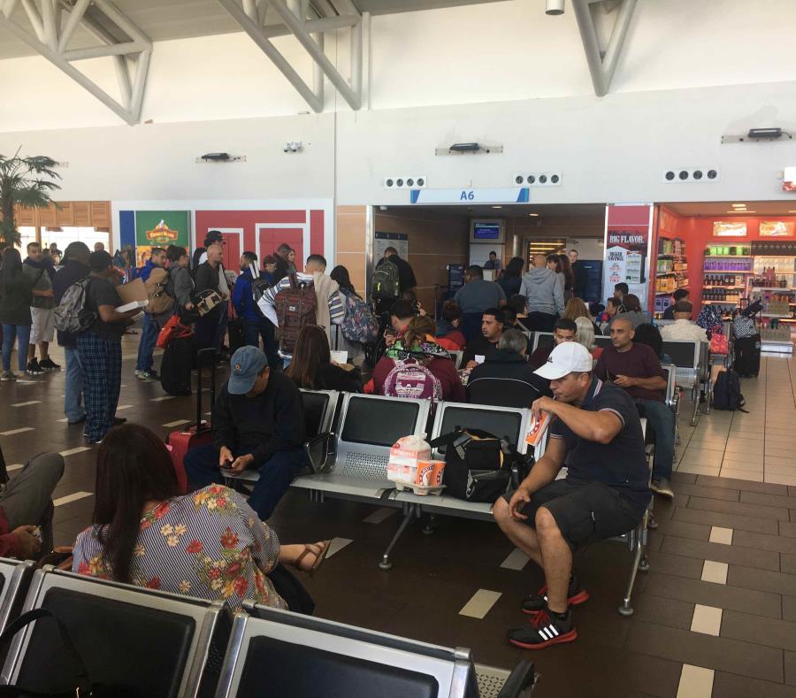 Se espera que los pasajeros salgan hoy en otro vuelo hacia Orlando. En la imagen, área de la puerta de abordaje donde esperan por salir del país. (Suministrada) (semisquare-x3)