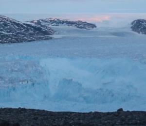 Científicos graban el desprendimiento de un enorme iceberg en Groenlandia