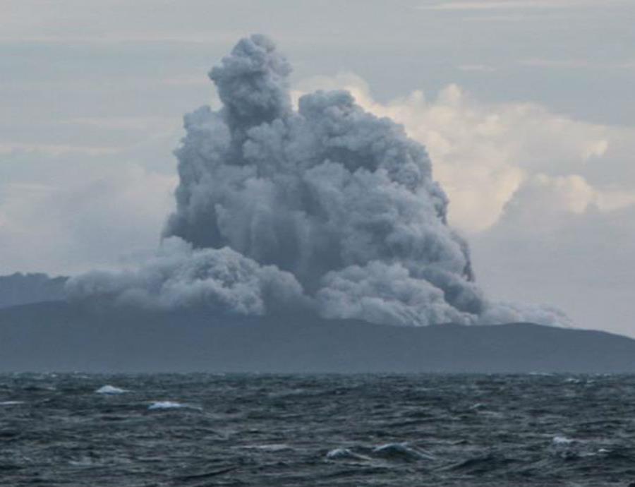 Vista desde el estrecho de la Sonda, en la provincia de Lampung, del volcán Anak Krakatau lanzando ceniza y humo (semisquare-x3)