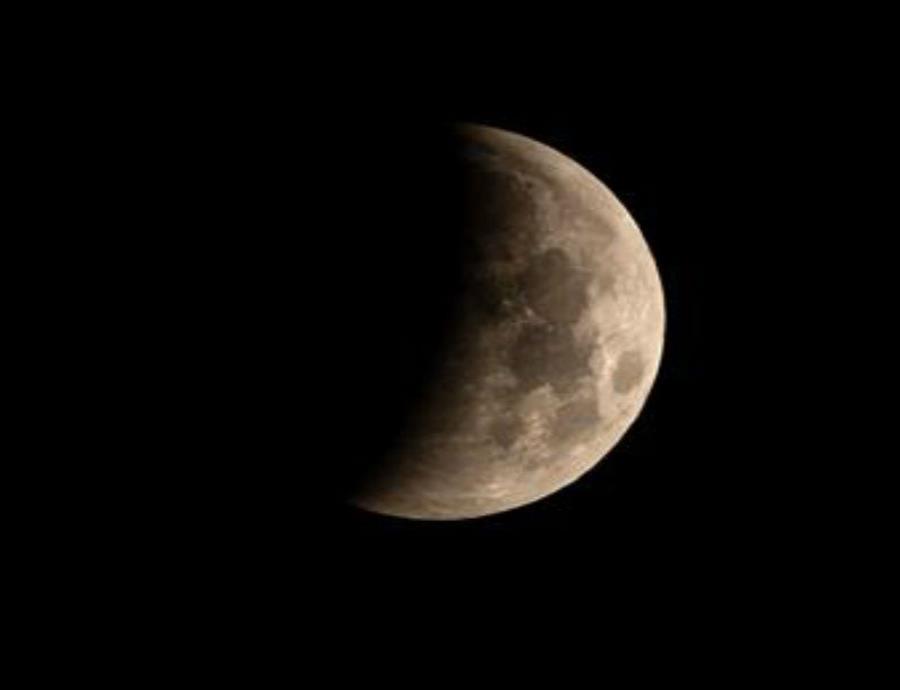 A diferencia de la Tierra, la Luna no cuenta con una atmósfera protectora, por lo que no tiene una defensa natural que detenga o desintegre este tipo de objetos. (semisquare-x3)