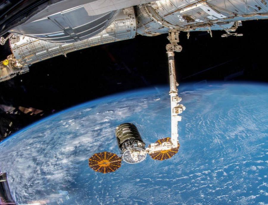 Imagen de la nave Cygnus de Northrop Grumman, en manos del brazo robótico Canadarm2 de la Estación Espacial Internacional. (semisquare-x3)