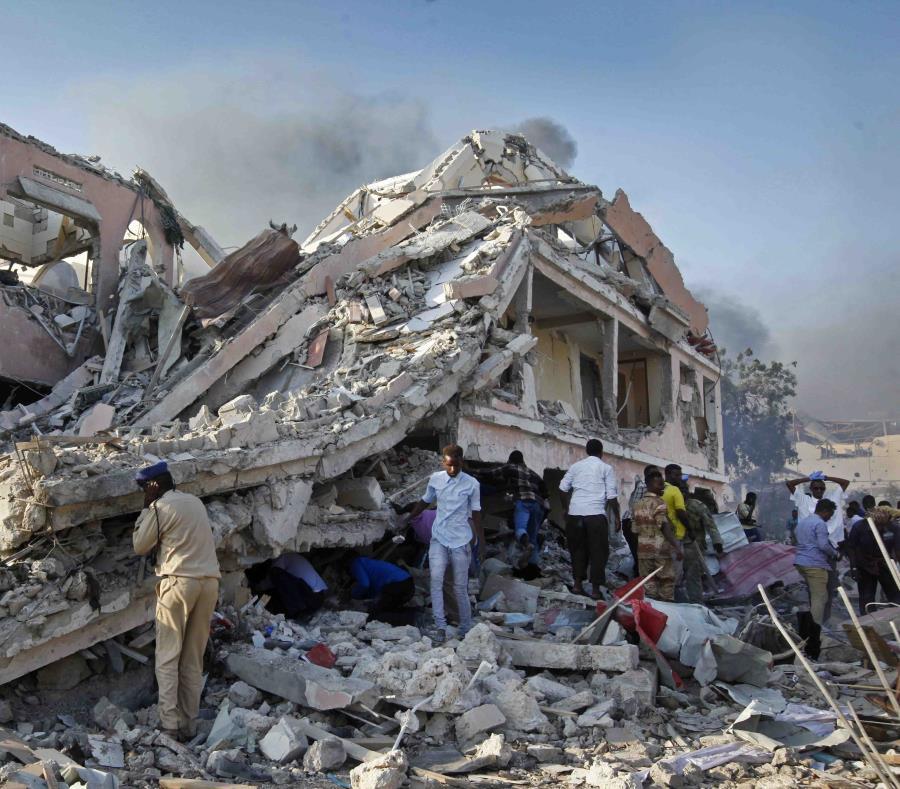 El doble atentado coincidió con el aniversario del ataque del pasado año que dejó 512 muertos al explotar un camión bomba en Mogadiscio. (AP) (semisquare-x3)
