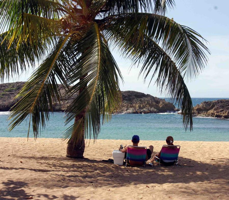 Una pareja disfruta de un día de playa. (GFR Media) (semisquare-x3)