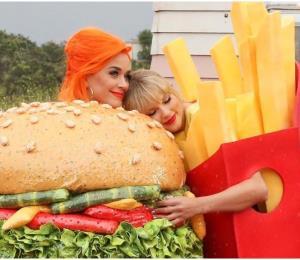 """Taylor Swift regresó a la música con el tema """"You need to calm down"""" y junto a Katy Perry"""