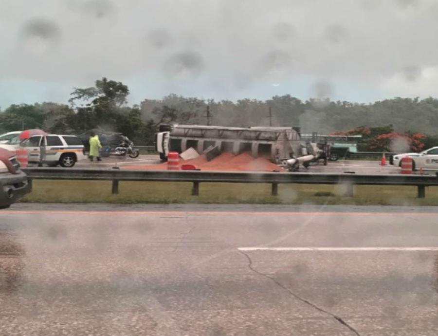 Un camión derramó comida de animales en la vía. (Captura Twitter @DronChinita) (semisquare-x3)