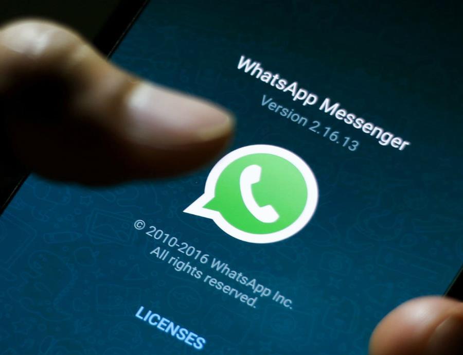 WhatsApp pidió a los usuarios que descarguen la app oficial, y será hasta entonces cuando termine la suspensión temporal. (EFE) (semisquare-x3)