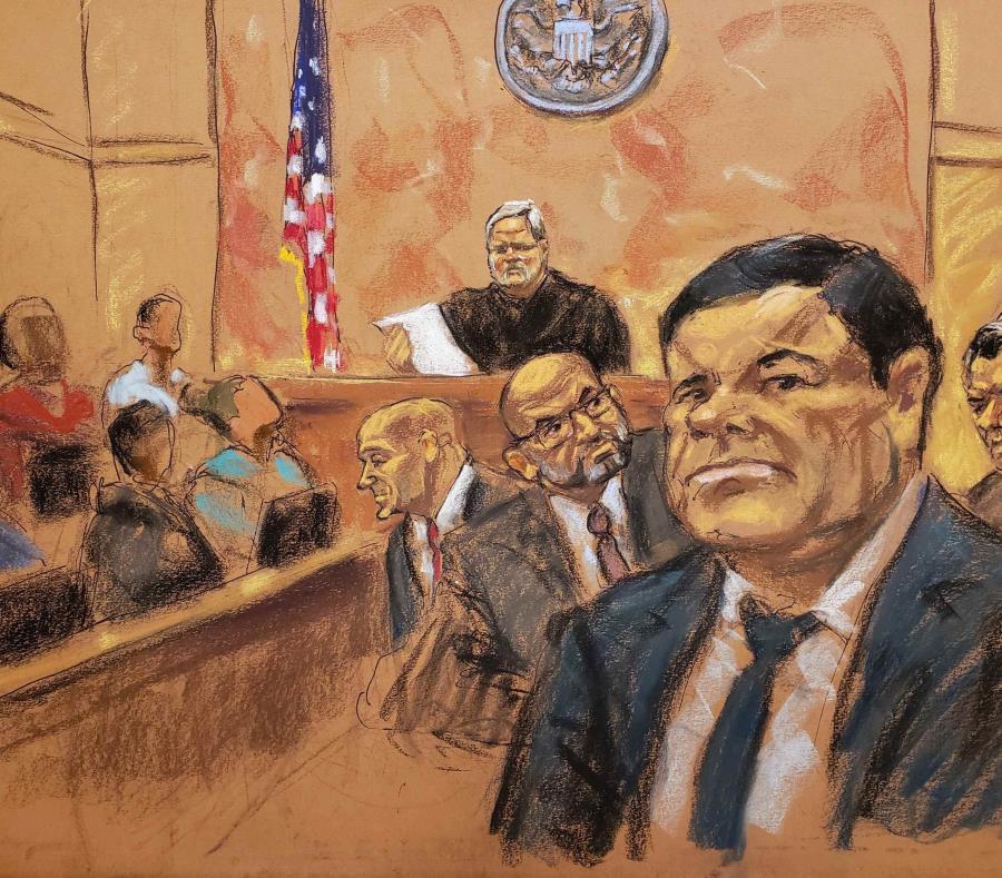 Reproducción fotográfica de un dibujo realizado por la artista Jane Rosenberg donde aparece el juez de la corte federal de Brooklyn, Brian Cogan, mientras lee el veredicto contra el narcotraficante mexicano Joaquín