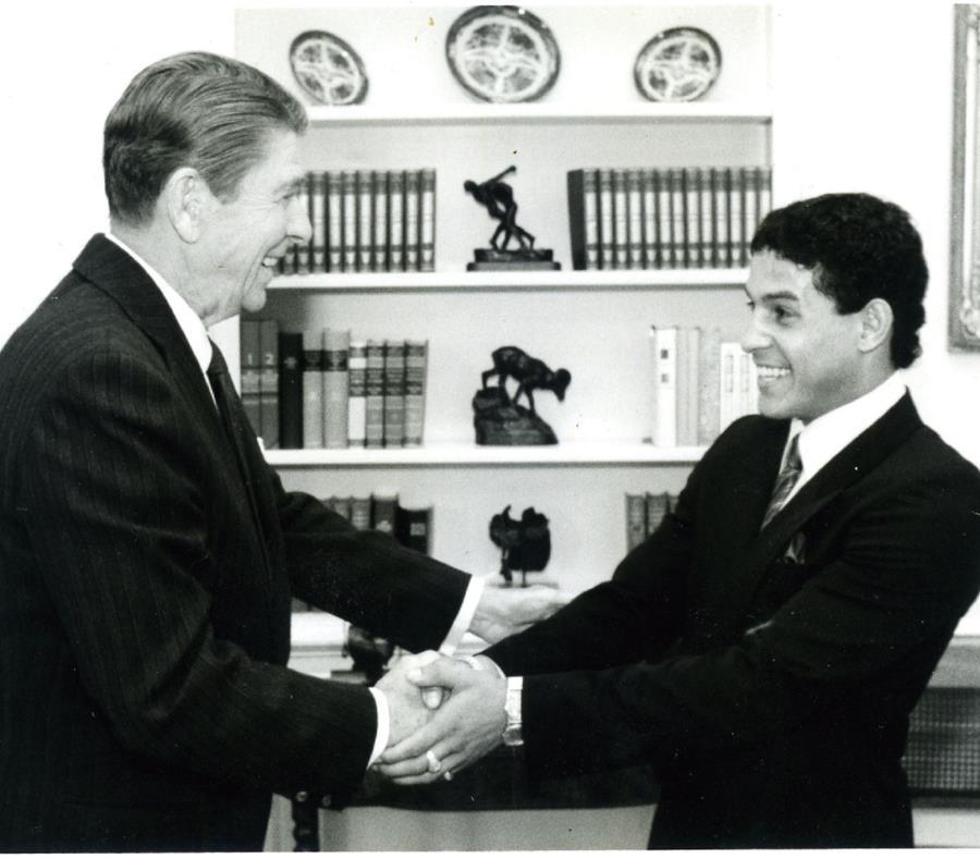 Ronald Reagan, presidente de EE.UU, saluda a Camacho en una visita que el boxeador hizo a la Casa Blanca en 1983. (Archivo) (semisquare-x3)
