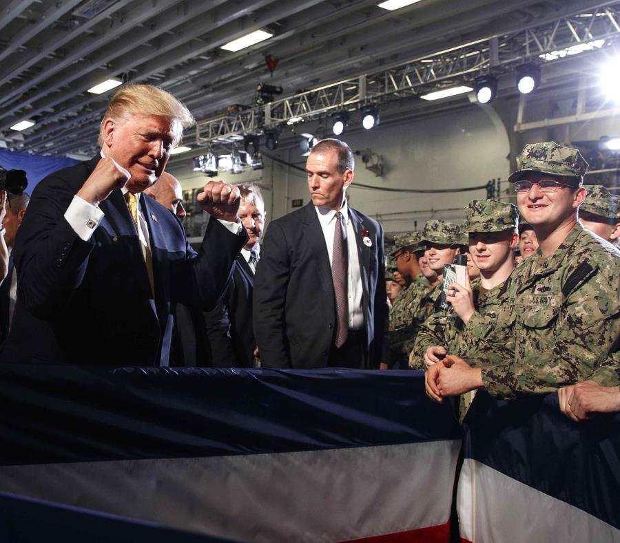 El presidente de Estados Unidos, Donald Trump, saluda a las tropas tras intervenir en un acto por el Día de los Caídos en Guerras abordo del USS Wasp, el 28 de mayo de 2019, en Yokosuka, Japón. (AP/Evan Vucci) (semisquare-x3)