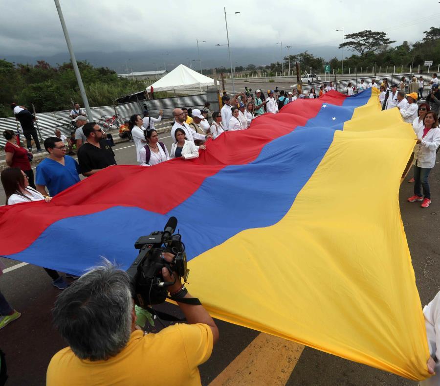 Los médico desplegaron una bandera de Venezuela. (EFE) (semisquare-x3)