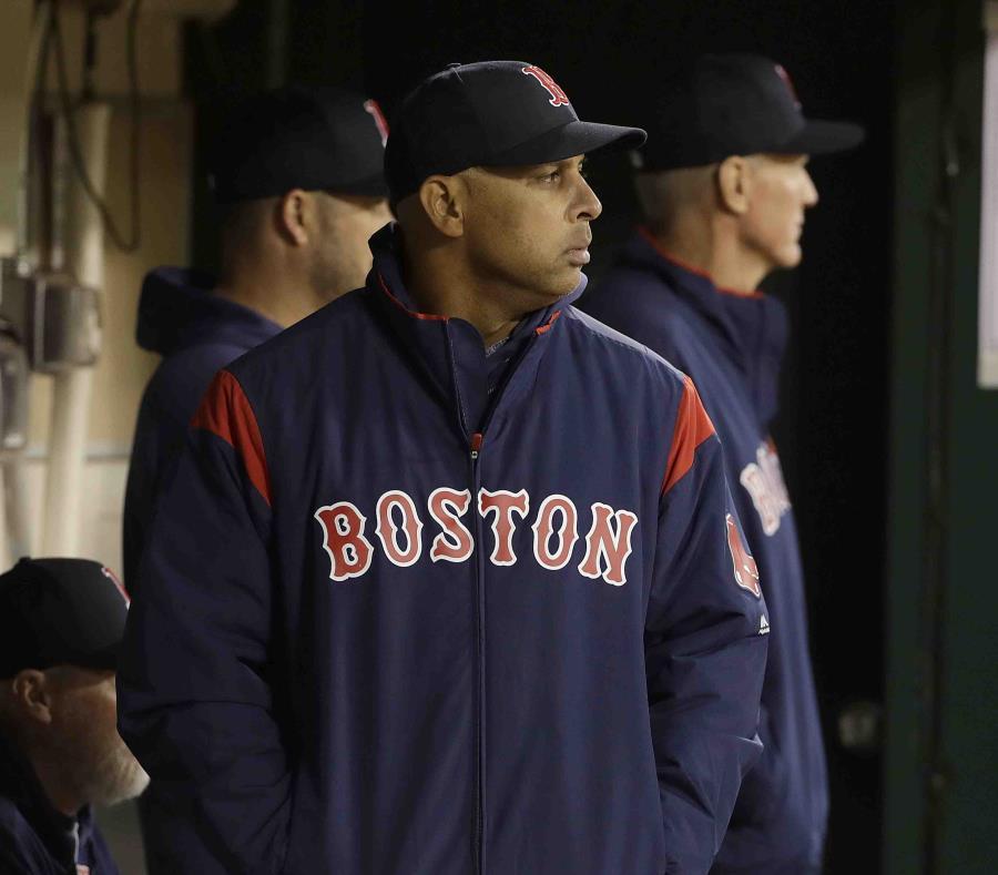 """El dirigente Alex Cora reconoció que """"queremos jugar mejor""""  en reacción a la pobre arrancada de campaña de los campeones Medias Rojas de Boston. (AP / Jeff Chiu) (semisquare-x3)"""