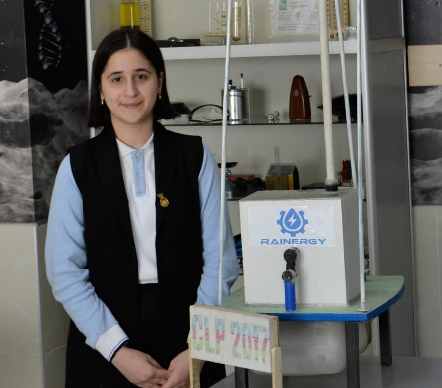 Reyhan Jamalova, de 15 años, junto a su invento. (La Nación / GDA) (semisquare-x3)