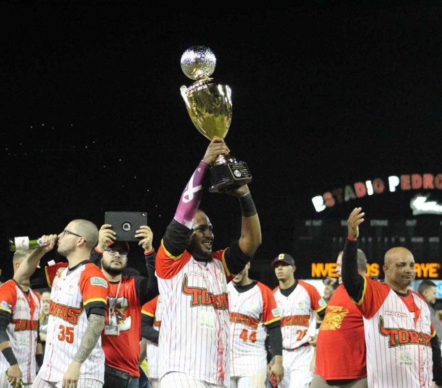 Brahiam Maldonado, de los Toritos de Cayey, levanta el trofeo de campeones. (Suministrada) (semisquare-x3)