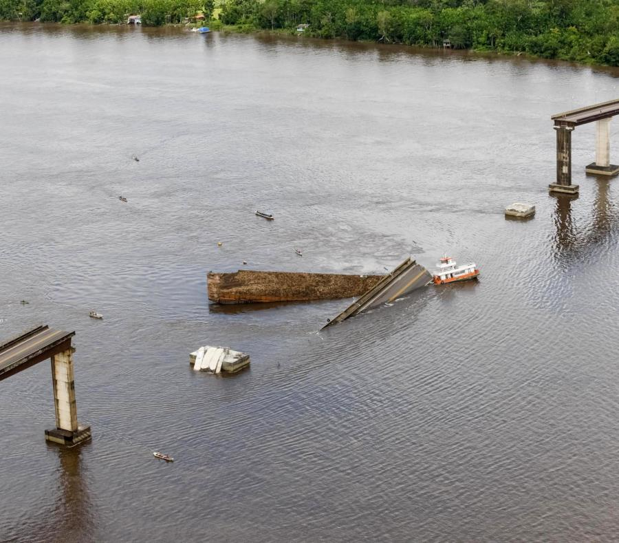 La calzada central de un puente se encuentra en el Río Moju, luego que un transbordador chocara con una columna de la estructura. (AP/Fernando Araujo) (semisquare-x3)