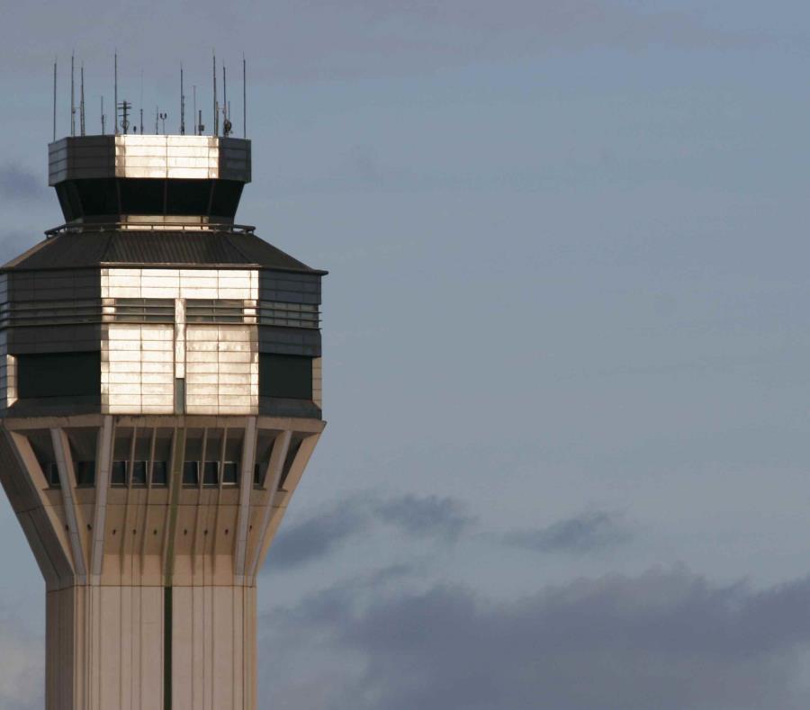 Torre de control del aeropuerto internacional. (semisquare-x3)