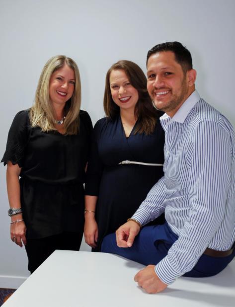 Joy Lynn Suárez, de SCS, junto a Sheilla Torres y José Lebrón, de Sunne. (vertical-x1)