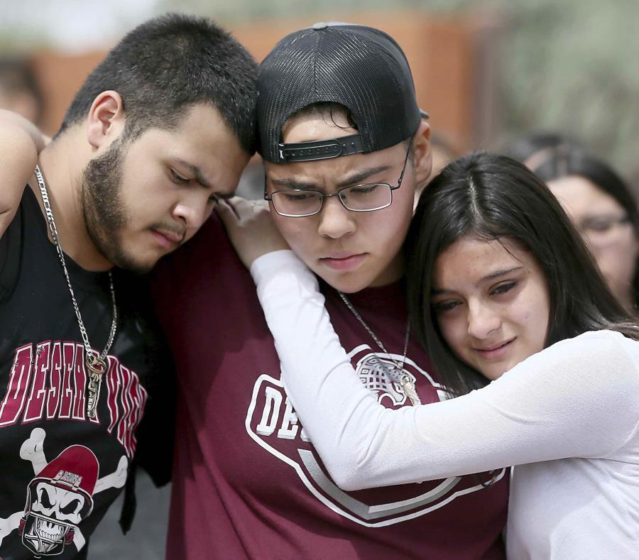 De izquierda a derecha, Marcell Ibarra, de 18 años, Daffne Anselmo, de 16, y Jamilet Fragoso, de 16, se consuelan entre sí después de hablar con su buen amigo Thomas Torres. (Mamta Popat / Arizona Daily Star vía AP) (semisquare-x3)
