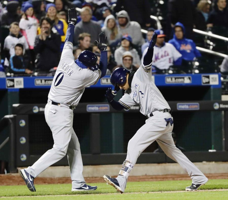 Orlando Arcia celebra con el coach de tercera base Ed Sedar después de pegar un cuadrangular. (AP) (semisquare-x3)