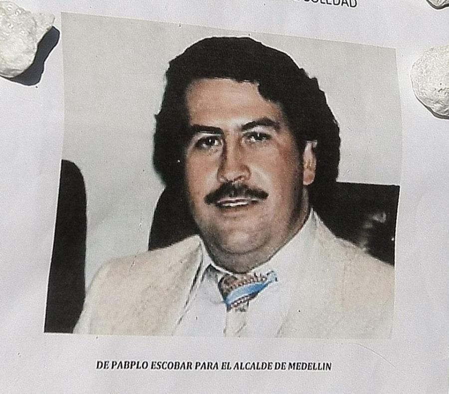 la versión oficial de su muerte reseña que a Escobar lo mató la Policía de Colombia el 2 de diciembre de 1993 (semisquare-x3)