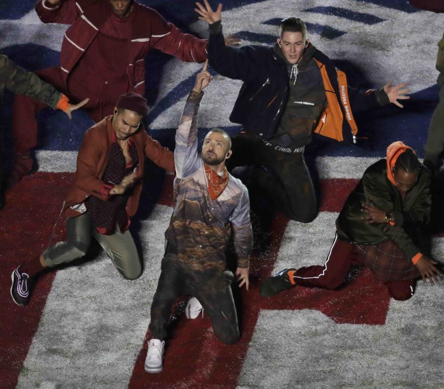 """""""Mirrors"""" y el súper éxito """"Can't Stop This Feeling"""", fueron los temas con los que Justin Timberlake cerró su actuación. (AP / Eric Gay) (semisquare-x3)"""