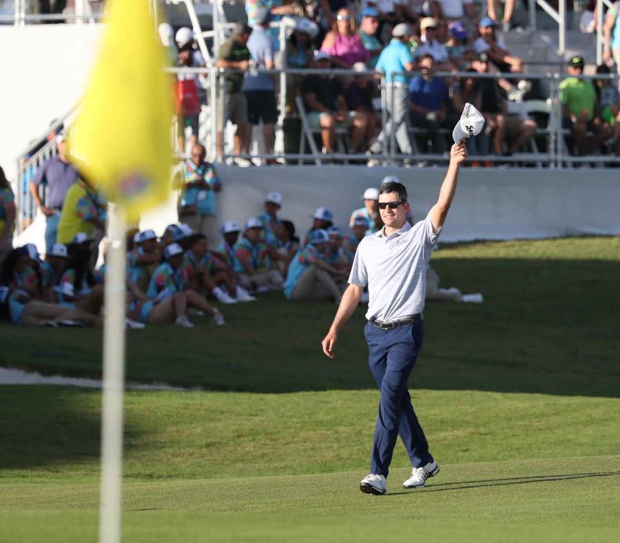 Martin Trainer saluda al público luego de completar el hoyo 18 para proclamarse campeón del Puerto Rico Open. (semisquare-x3)