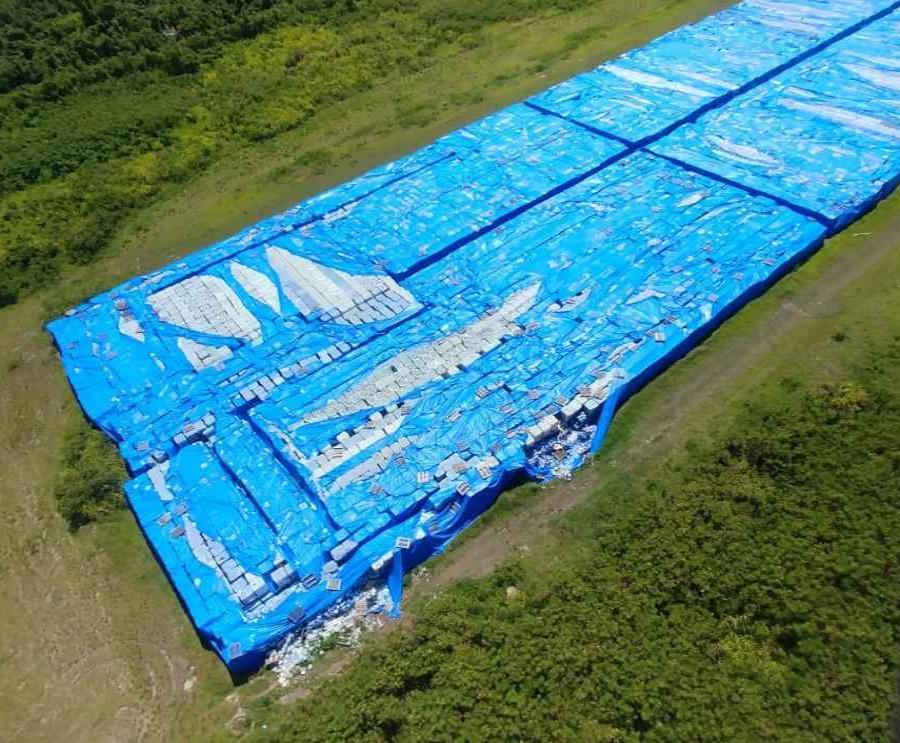 Las botellas de agua están ubicadas en la pista del aeropuerto de Ceiba (semisquare-x3)