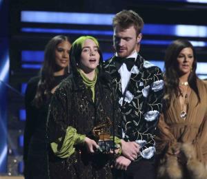 Billie Eilish gana los Grammy a la canción y el álbum del año
