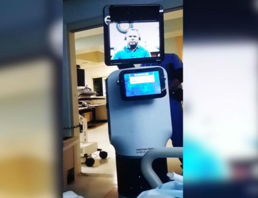 La máquina entró en la habitación y un médico (semisquare-x3)