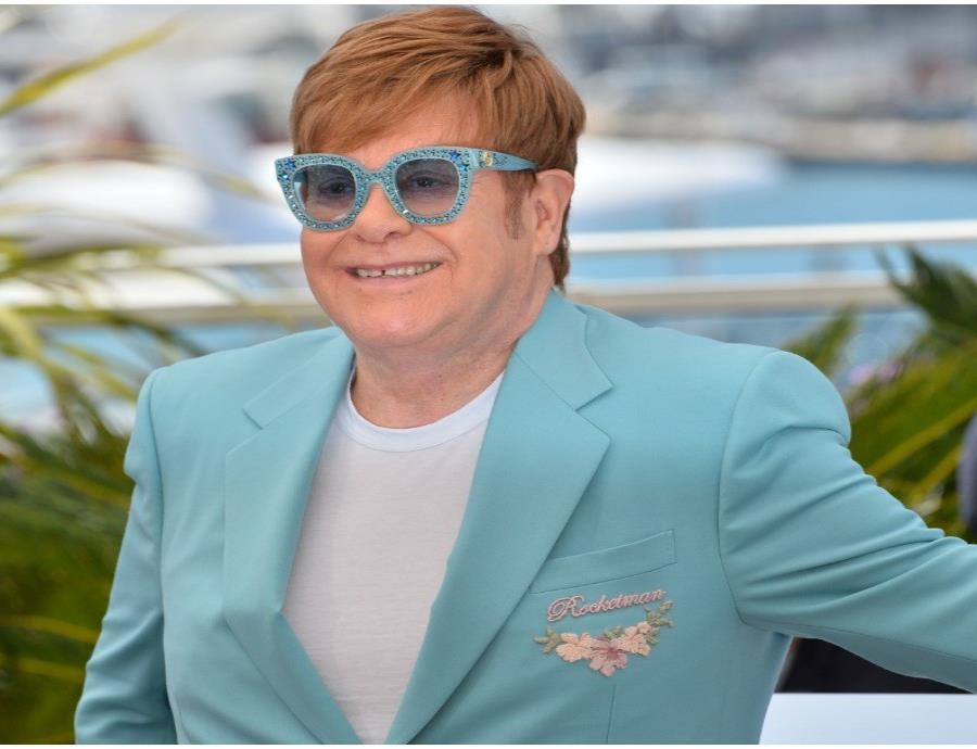 Elton John usó pañal en una de sus presentaciones