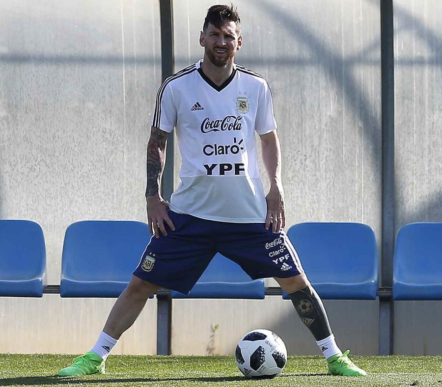Lionel Messi se entrena con la selección de Argentina en Sant Joan Despi, España, el viernes 1 de junio de 2018 (semisquare-x3)