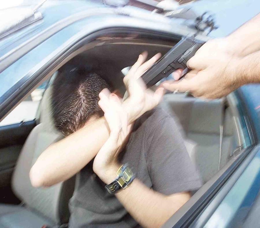 El taxista dijo que en medio del tapón, los ladrones lo agredieron en la cabeza y le llevaron su auto. (semisquare-x3)