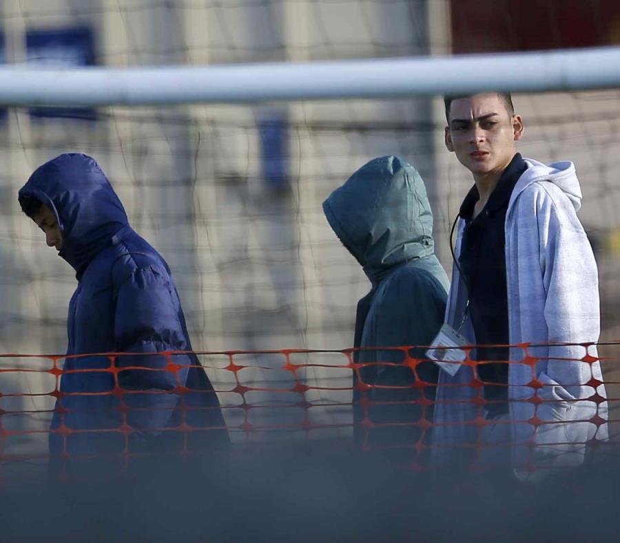 Adolescentes migrantes caminan en el centro de detención de Tornill. (semisquare-x3)