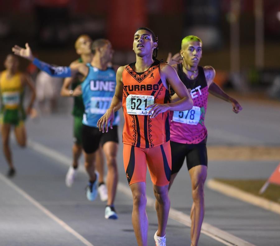 En la propuesta fusión, la Universidad del Turabo continuaría como la encargada del equipo de atletismo.  En la foto, en primer plano, Ryan Sánchez, quien compitió por los Taínos en las pasadas Justas (semisquare-x3)