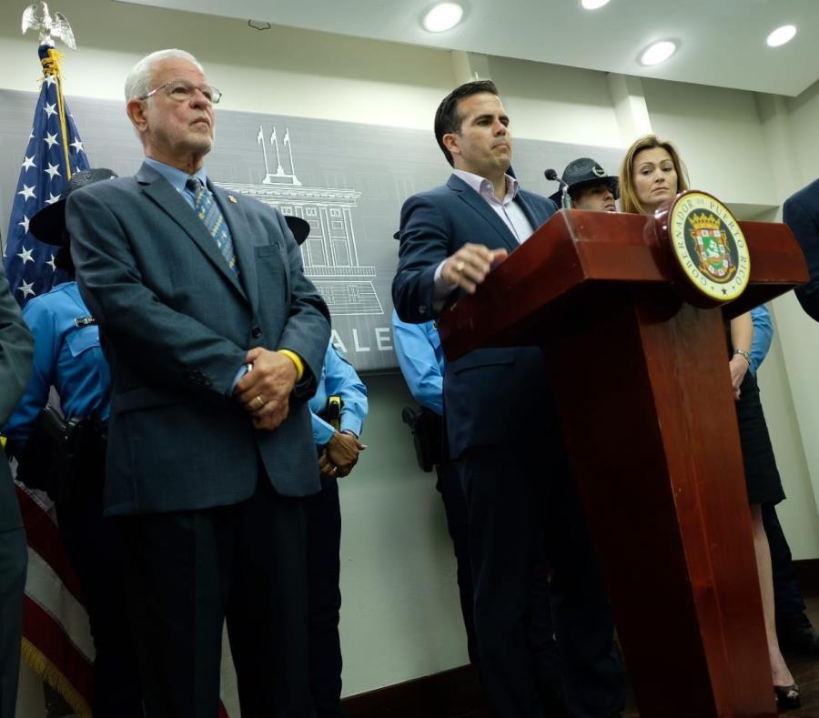 El gobernador Ricardo Rosselló estuvo acompañado de los secretarios de Educación, Julia Keleher, y de Seguridad Pública, Héctor Pesquera, al hacer los anuncios. (semisquare-x3)