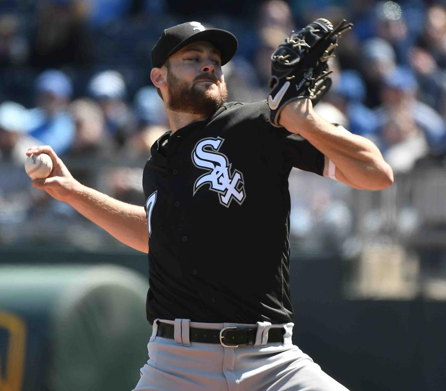 El abridor de los Medias Blancas de Chicago, Lucas Giolito, lanza en el primer inning de un juego de béisbol contra los Reales de Kansas City. (AP/Ed Zurga) (semisquare-x3)