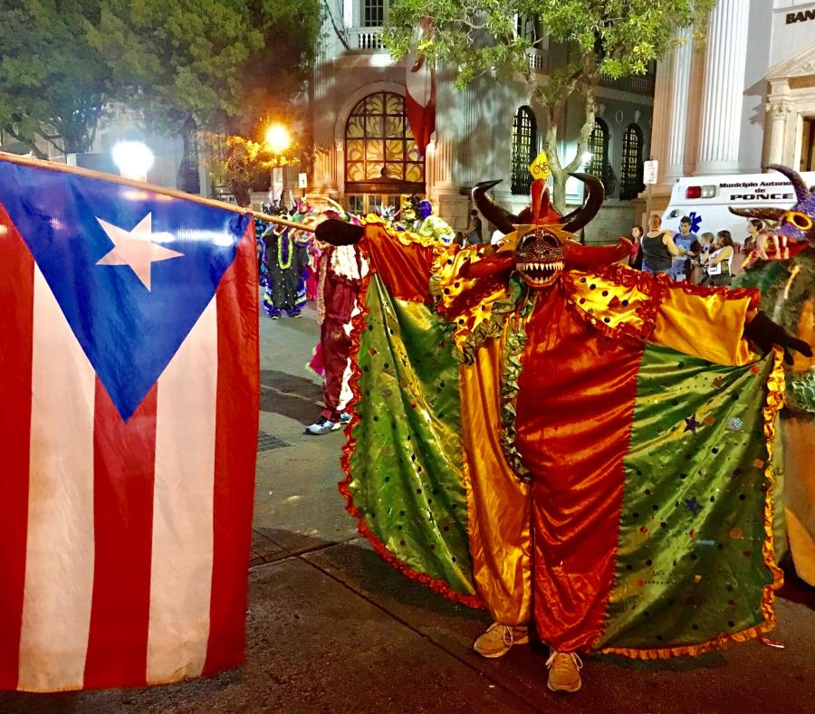 Los vejigantes de Ponce están en todas las actividades que celebran durante el carnaval. También hay batuteras, bandas y diferentes agrupaciones. (semisquare-x3)