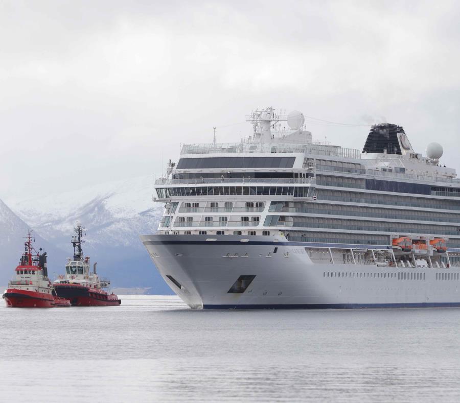 El crucero averiado fue remolcado hasta el puerto de Hustadvika, Noruega (semisquare-x3)