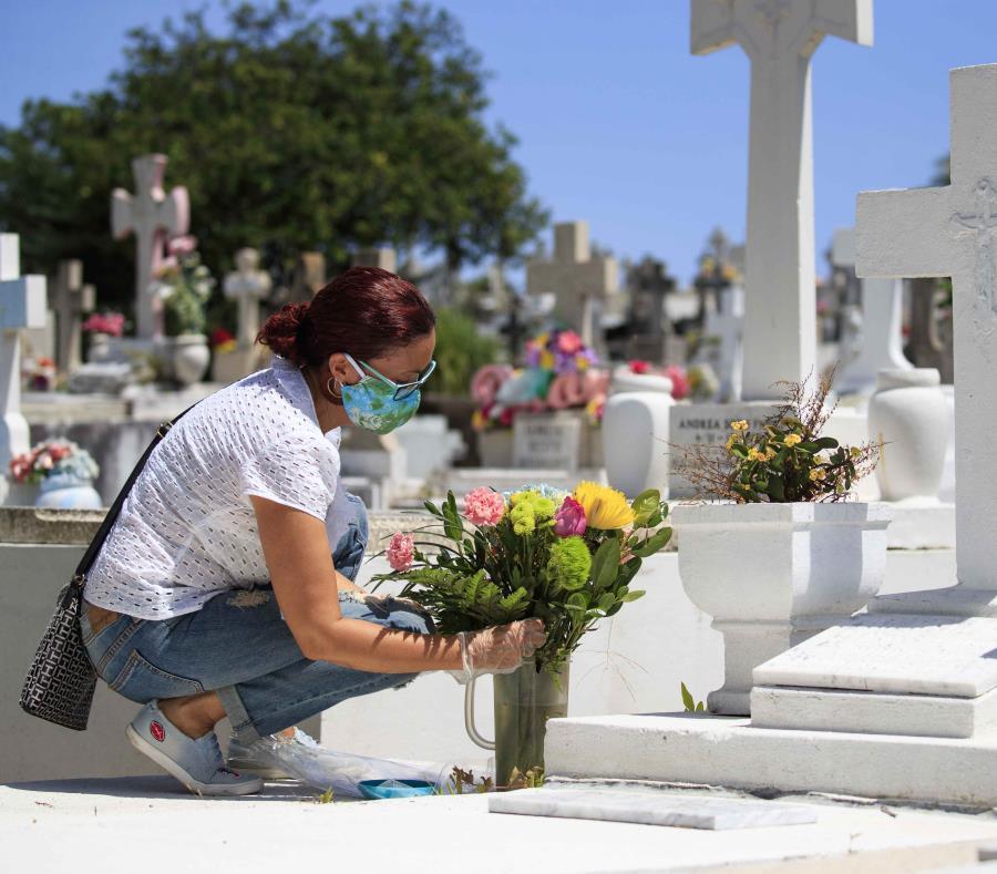 Con mascarillas y flores: decenas de puertorriqueños llegan hasta ...
