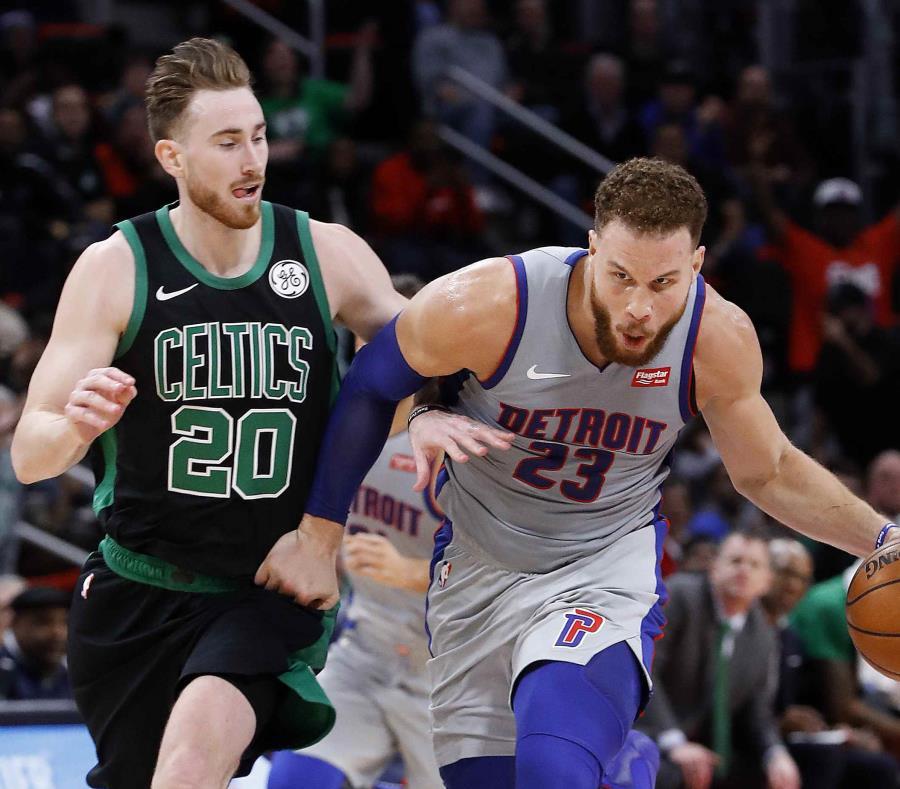 Blake Griffin (23) protege el balón de Gordon Hayward (20) en la segunda mitad del partido de baloncesto de la NBA en Detroit. (AP) (semisquare-x3)